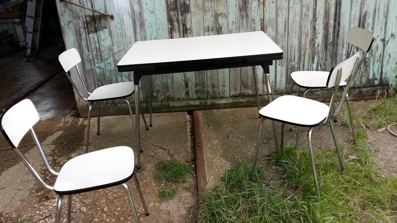 D tail de la photographie lot quatre chaises et une table - Lot table et chaises ...